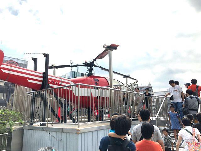 消防ヘリの操縦席で撮影する人々(消防博物館5F)