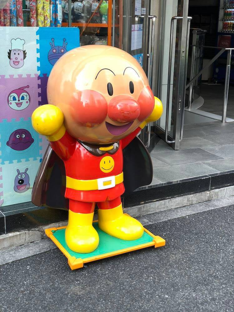 アンパンマンショップの店頭に置いてあるアンパンマンのマスコット像