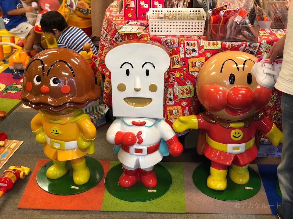 アンパンマンショップの店内に飾ってあるカレーパンマン・食パンマン・アンパンマンの像