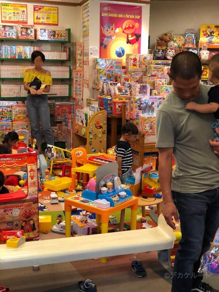 アンパンマンショップの店内で玩具の試し遊びができるキッズスペースエリア