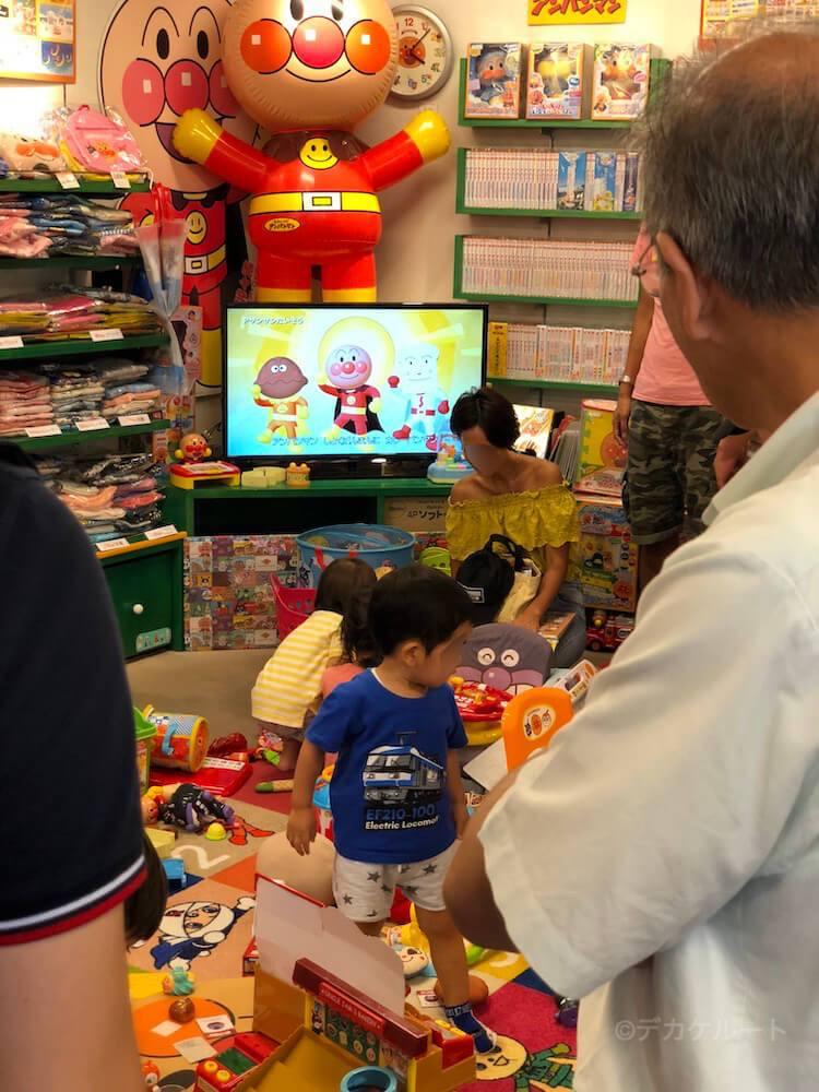 中央のキッズスペースにはモニターでアンパンマンの映像が流れているアンパンマンショップの店内