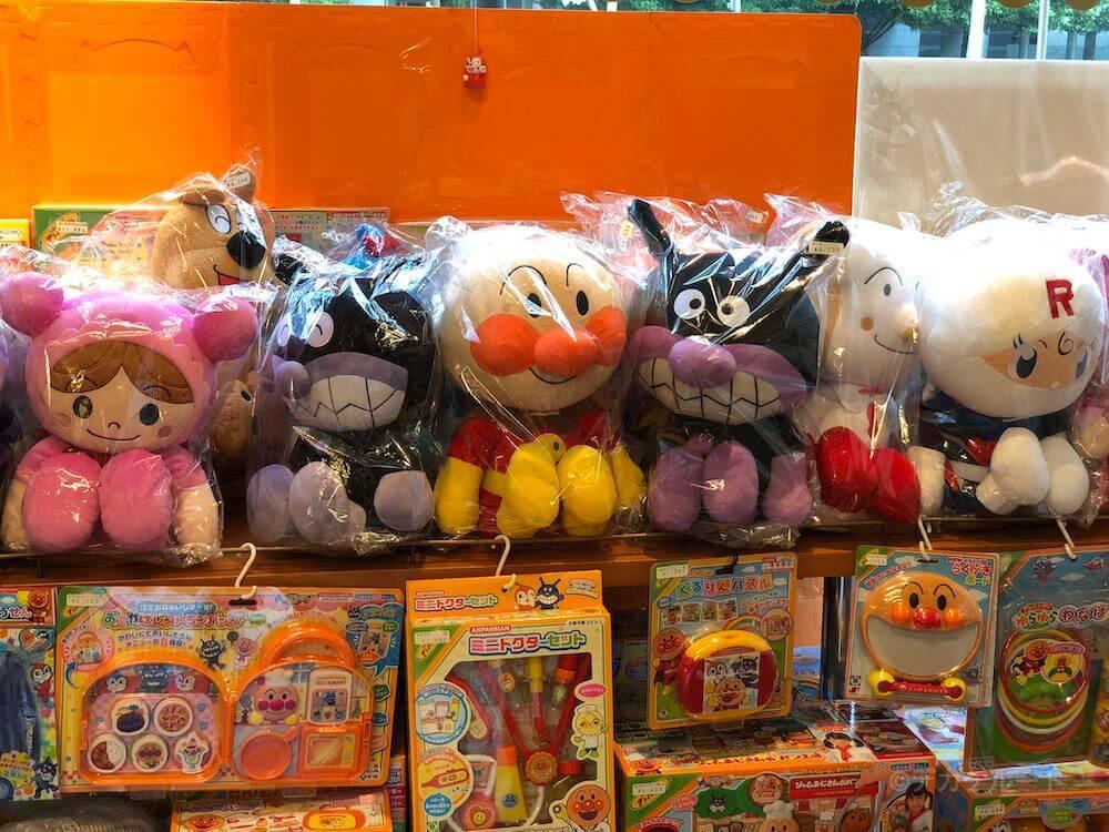 アンパンマンショップの店内で販売されている玩具やぬいぐるみ