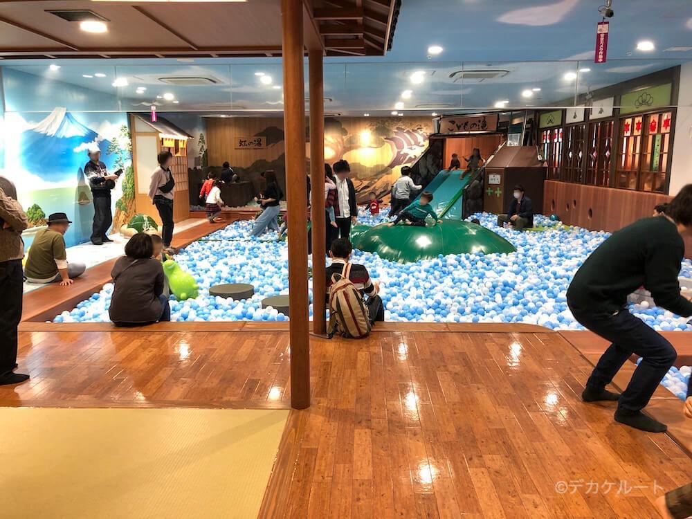 お店の中央にある巨大なボールプール(こどもの湯)