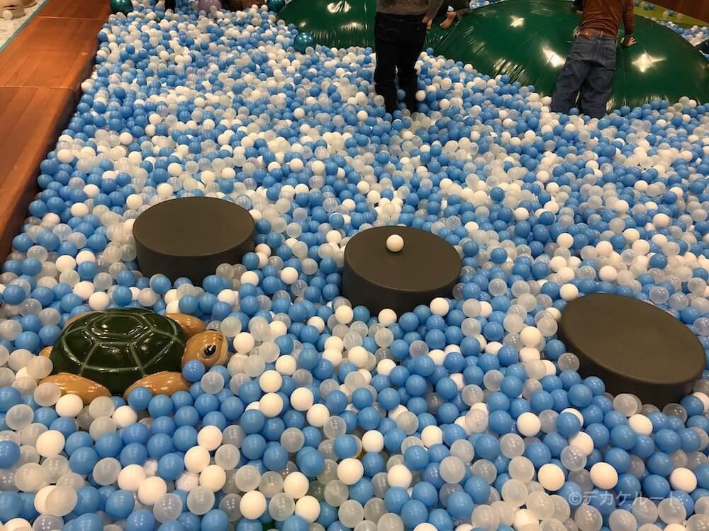 ボールプールに設置されている亀や飛び石